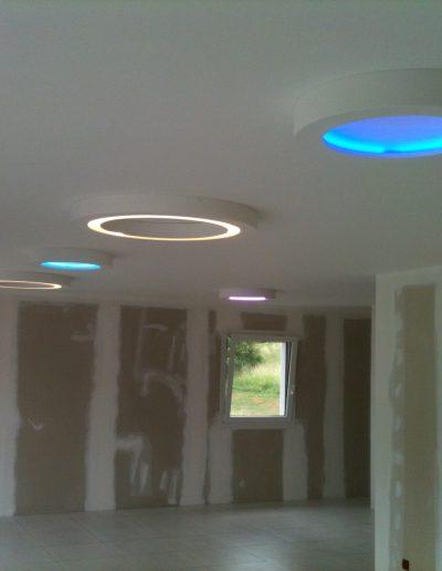 3 plafonnier LED en plâtre staff allumé